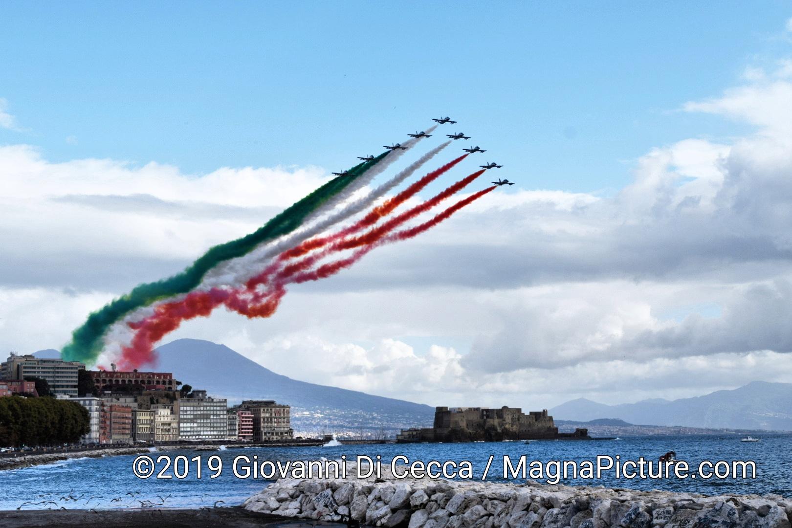 Napoli – Festa delle Forze Armate sul Lungomare – Lo spettacolo delle Frecce Tricolori – Photogallery