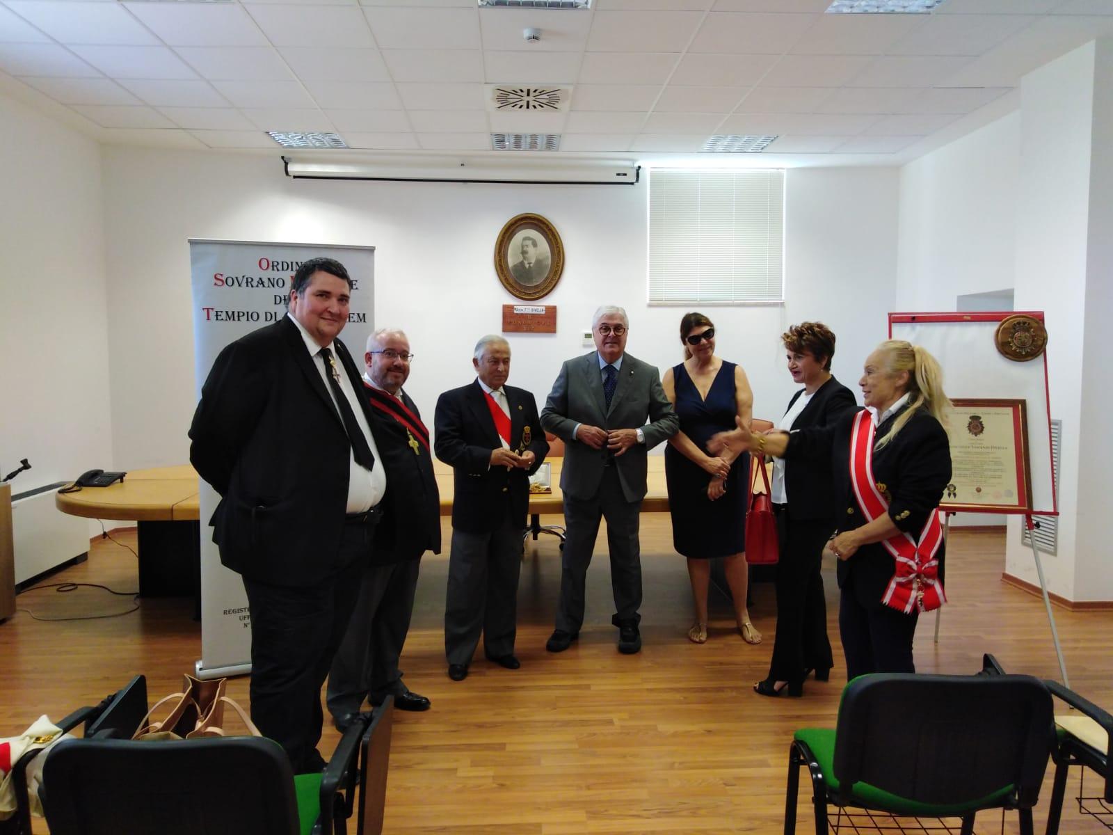 Bari – Il Magnus Magister OSMTJ consegna le medaglie di San Giovanni Battista ed Evangelista alla Divella S.p.A. per il fondamentale contributo dato durante la Pandemia da Covid-19