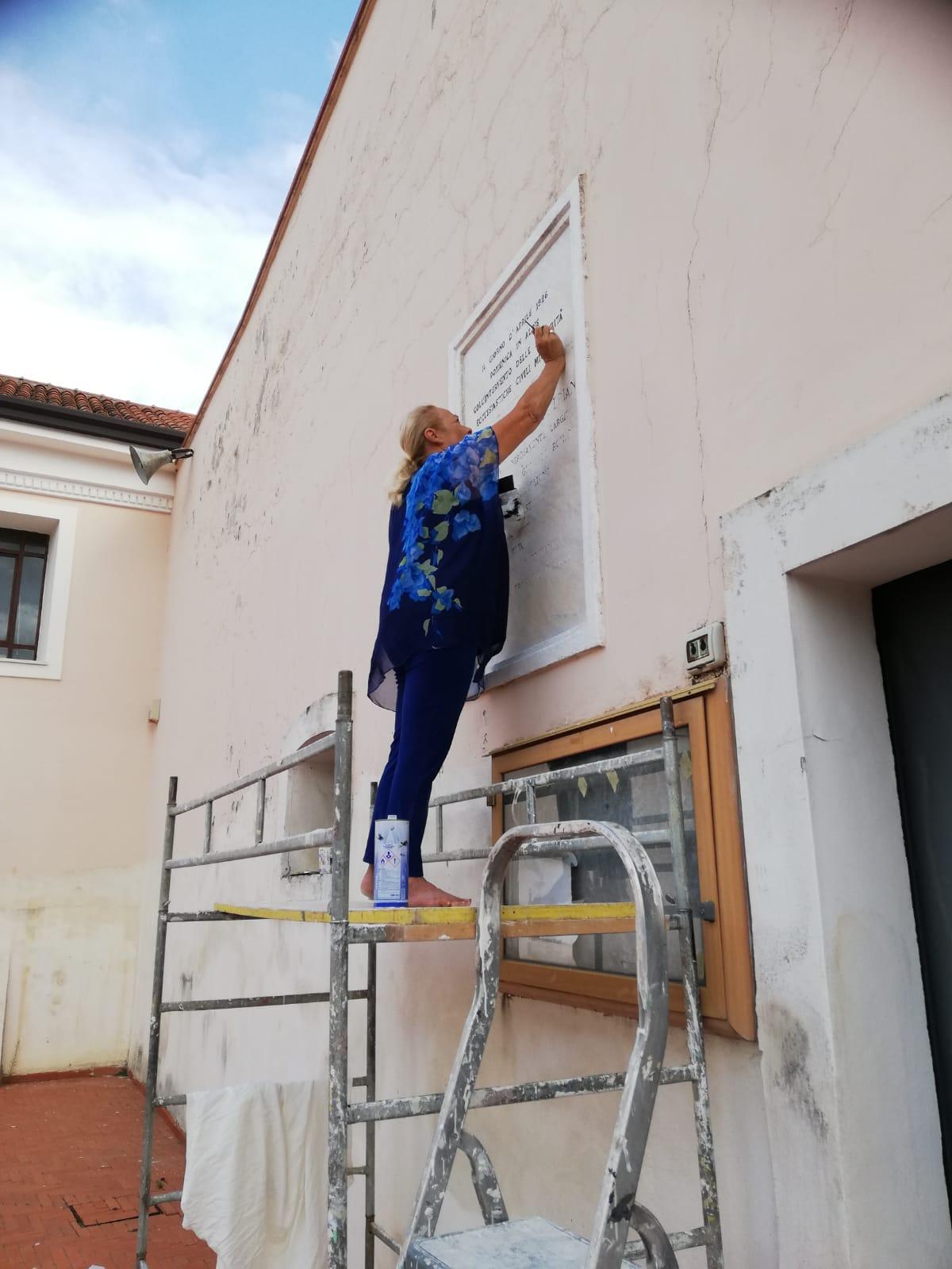 Villa Briano (CE) – Il Commandeur Laura Predrizzi restaura la lapide posta fuori il Santuario della Madonna di Briano
