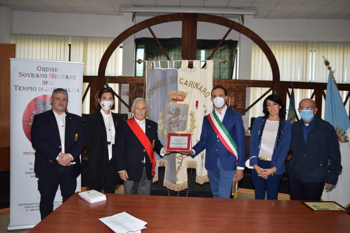 Carinaro (CE) – Consegnata la Medaglia di San Giovanni Battista al Gonfalone del Comune